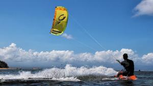 La dona estava practicant aquest esport aquàtic a les platges de Palamós