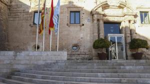 La façana i les escales d'accés a l'Ajuntament de Torredembarra, on el 2003 ja hi havia vuit grups municipals.