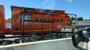 La furgoneta ha quedat completament calcinada a causa de l'incendi