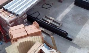 La peça de ferro que li va caure formava part d'un edifici en obres