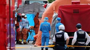La policia japonesa treballant a la parada de bus on ha tingut lloc l'atac