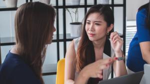 La psicología inversa es una técnica que consiste en defender un comportamiento opuesto al que deseamos en la otra persona.
