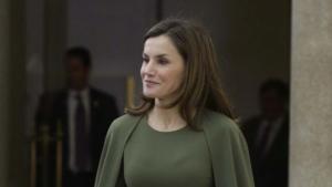 La reina Letícia amb un vestit amb capa