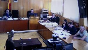 La sala de vistes on es fa el judici contra l'acusat de matar dos homes a Bot, Oleg Makrusin, a la part inferior dreta
