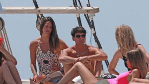 Laura Matamoros, en un barco de Ibiza junto a su novio y unos amigos