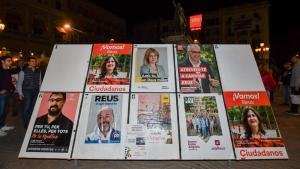 L'enganxada de cartells a les dotze de la nit dona el tret de sortida a la campanya electoral
