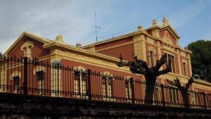 L'Escola Municipal d'Adults té la seva seu al Patronat Antoni Roig de Torredembarra.