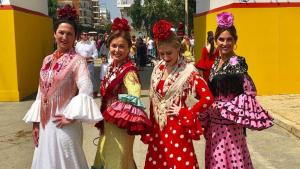 Lourdes Montes posando con su traje de flamenca en la Feria de Abril