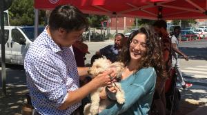 Matilla acarona un gos aguantat per Nerea Beltran