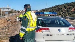 Momento en el que agentes de la Guardia Civil comprueban el accidente