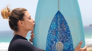 Nagore junto a una tabla de surf en una imagen de archivo