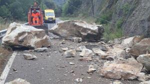 Operaris intentan retirar les pedres de grans dimensions de la via C-424