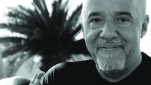 Paulo Coelho es un autor conocido por sus frases y reflexiones acerca de la vida.
