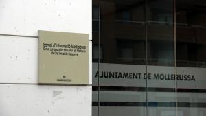 Pla tancat on es pot veure els cartells de la Regidoria de Benestar Social i Ciutadania