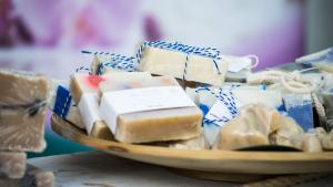 Podemos hacer jabón casero con o sin sosa cáustica.