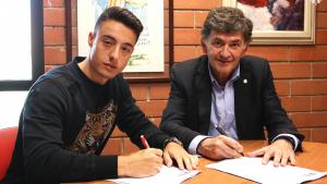 Pol Ballesteros i Josep Maria Andreu signant la renovació i el seu vincle amb el primer equip