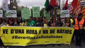 Un centenar de persones s'ha manifestat a Tarragona per revertir les retallades en ensenyament.