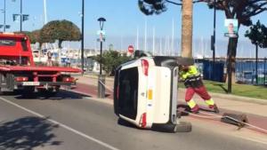 Un cotxe ha bolcat al passeig marítim de Cambrils