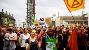 Un grup de manifestants de la plataforma Extinction Rebellion exhigint més responsabilitats ambientals als polítics