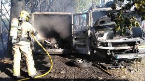 Un incendi ha cremat completament una furgoneta i un camó a l'Hospitalet de Llobregat