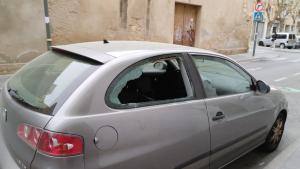 Un vehicle amb el vidre trencat aquest dimarts al barri del Port de Tarragona.