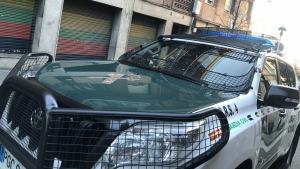 Un vehicle de la Guàrdia Civil a l'exterior del pis escorcollat per la Guàrdia Civil a Barcelona.