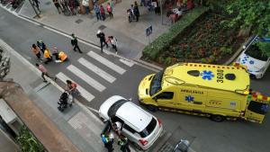 Una ambulància del SEM s'ha desplaçat al lloc dels fets per atendre la dona que ha resultat ferida.