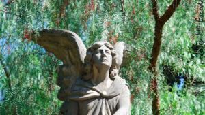 Una de les escultures del cementiri de Terrassa