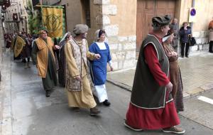 Una gran comitiva festiva recull els caps de les cases nobiliàries per anar al Sopar Medieval