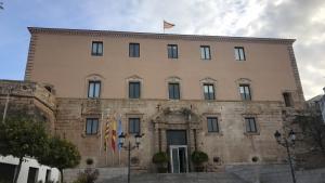 Una imatge de l'Ajuntament de Torredembarra a les vuit del matí d'aquest divendres, ja sense la pancarta.