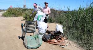 Una quarantena de voluntaris recullen més de mitja tona de residus en la neteja del riu Migjorn al delta de l'Ebre