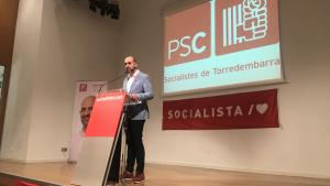 Vale Pino, candidat a l'alcaldia de Torredembarra pel PSC, durant un moment de la seva intervenció.
