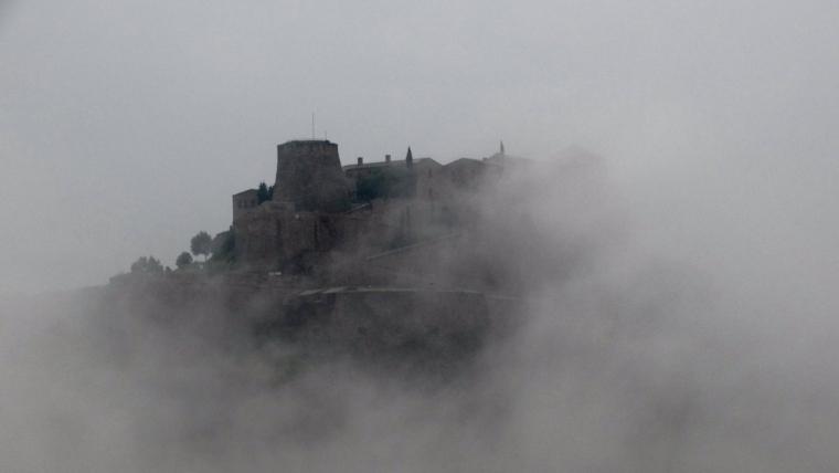 El divendres ha estat plujós i gris a tot arreu, com es veu en aquesta imatge del castell de Cardona