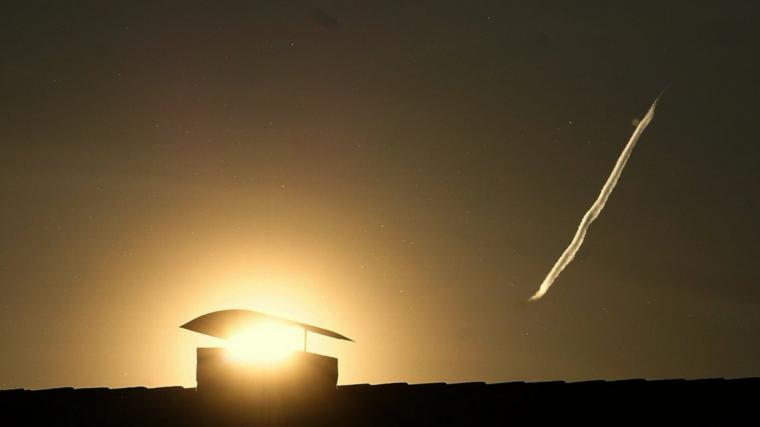 Sortida de sol amb una estela d'avió a Verges dijous