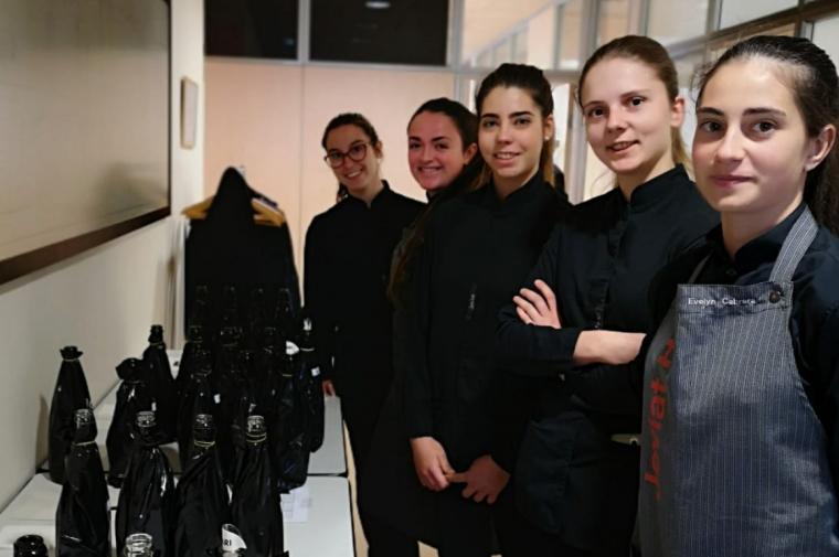 Els estudiants de l'Escola Joviat de Manresa s'encarrguen del servei dels Premis Vinari 2019