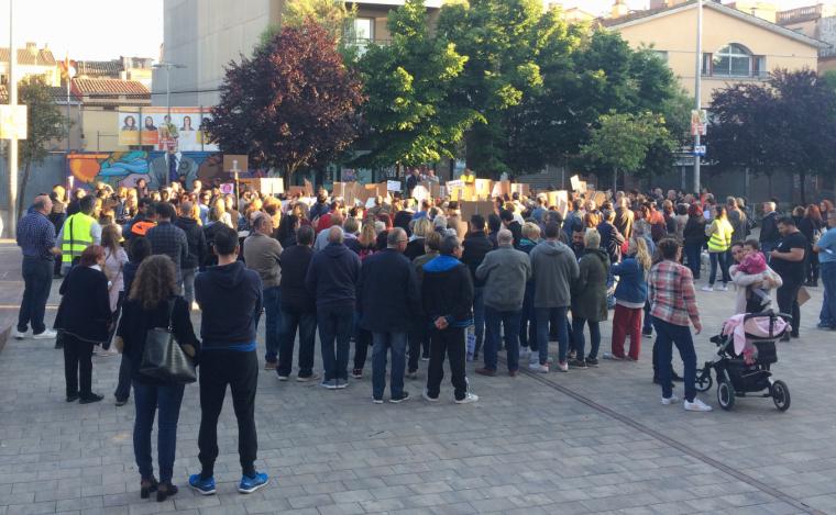 Els manifestants durant la lectura del manifest a la plaça Doctor Guardiet