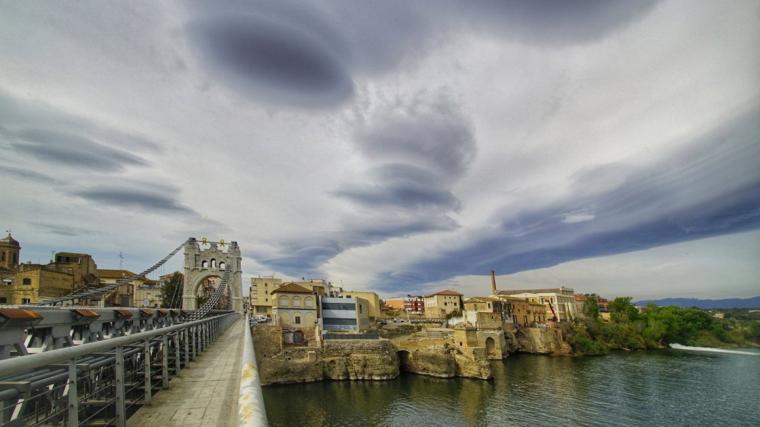 Sortida de sol amb núvols de vent a Amposta