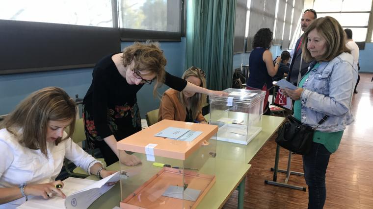 Els votants més matiners arriben a l'escola Antoni Roig de Torredembarra
