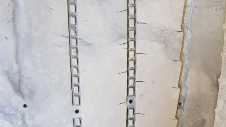 Estat de les rodes de l'autobús immobilitzat pels Mossos d'Esquadra