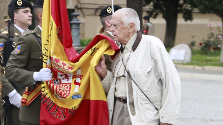Imatge de la persona amb més edat fent la jura de bandera a Barcelona
