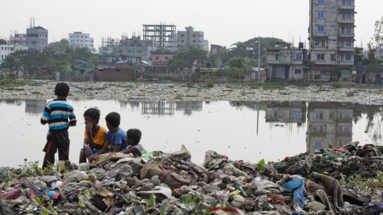 Imatge del riu que passa per Bangladesh molt contaminat