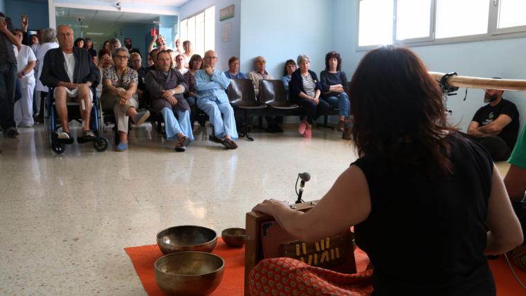 Imatge d'un dels membres del duet IOMA i els usuaris al fons, durant l'acció sonora d'avui