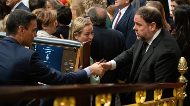 Junqueras i Pedro Sánchez, saludant-se al Congrés