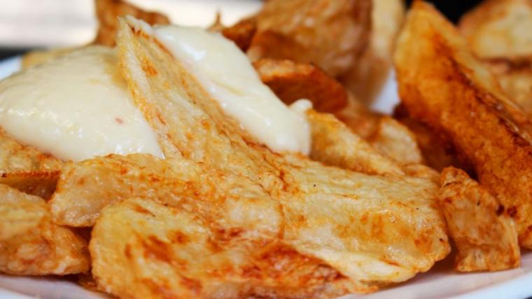 Les patates braves del Bar Tomàs són conegudes com les millors de Barcelona