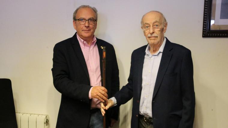 Lluís Caldentey, ex alcalde de Pontons, entregant la vara de batlle a Josep Tutusaus