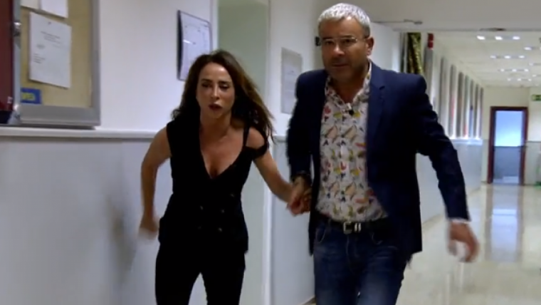 María Patiño sale corriendo persiguiendo su foto