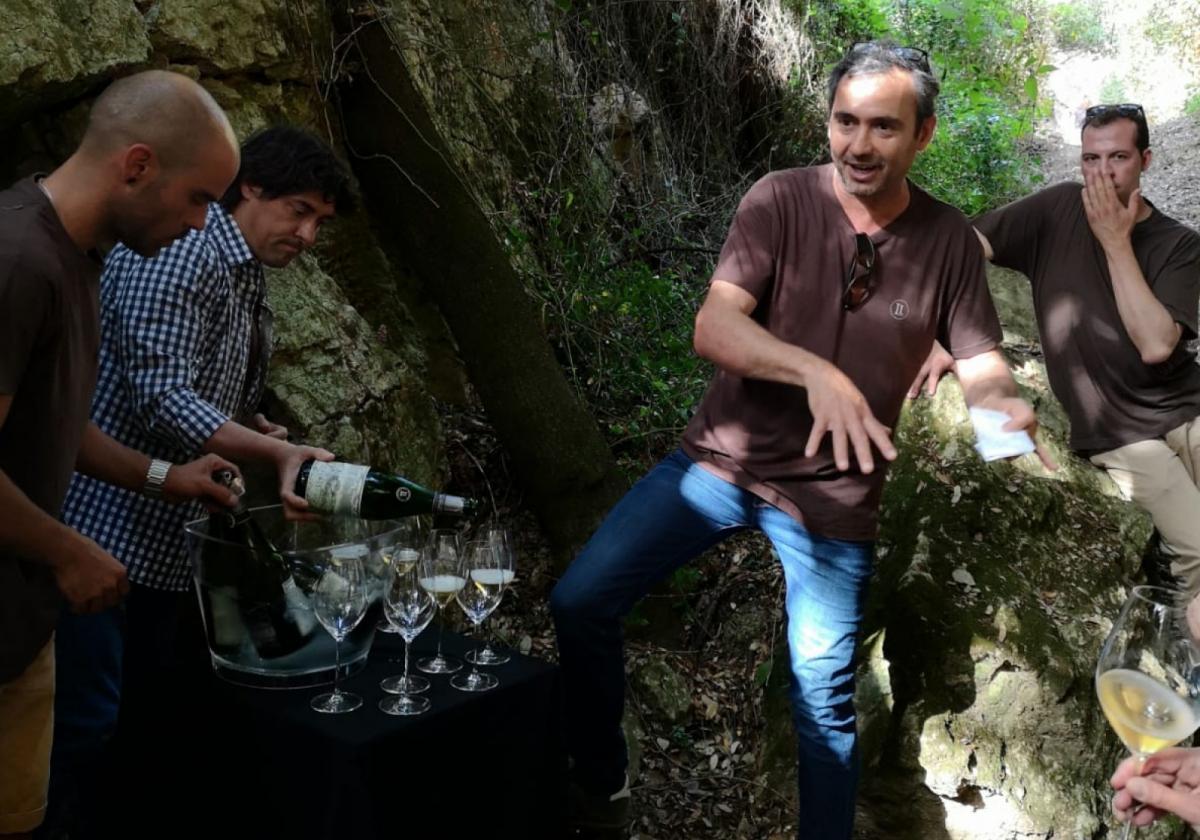 Pere Llopart i Xavi Nolla en el moment de tastar l'Original 2008 de Llopart enmig del passeig geològic