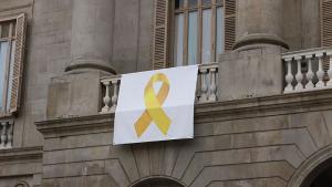 Ada Colau torna a penjar el llaç groc a la façana de l'Ajuntament de Barcelona