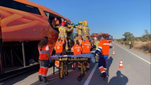 Bomberos y sanitarios en el lugar del accidente.