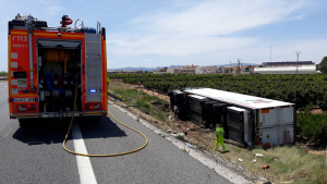 Camió bolcat en l'accident d'Alginet